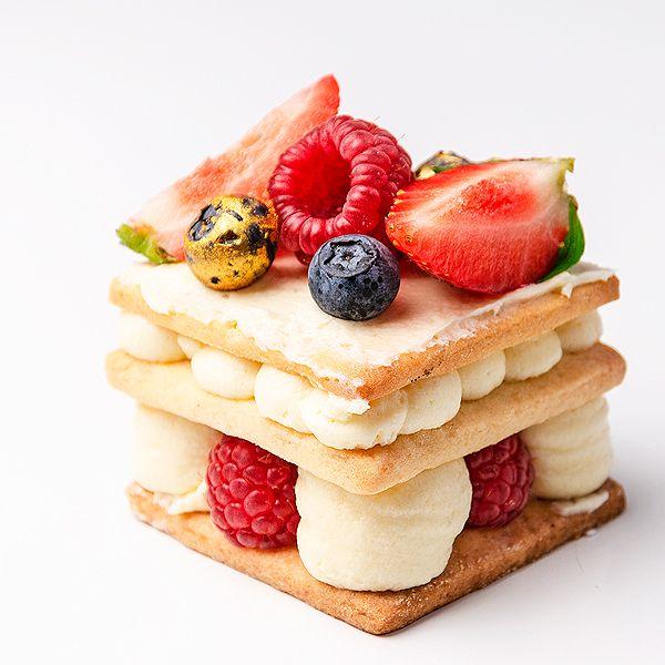 Postre de crema pastelera con frutos rojos con varias capas de bases de pata brisa sabor dulce